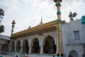 La mosquée à l'intérieur du complexe