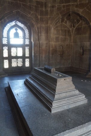 l'intérieur de la tombe